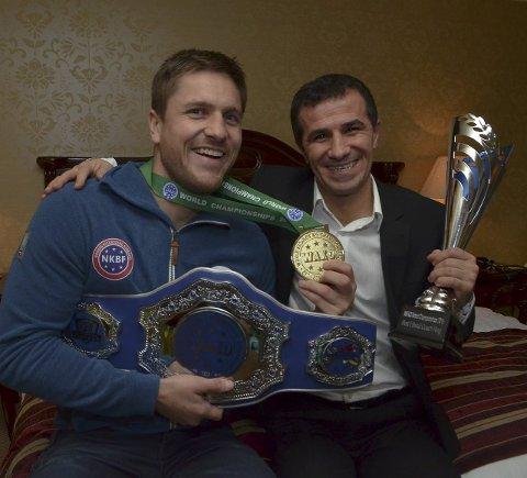 SUKSESS: Robert Paulsbyen med VM-beltet med Daimi Akin som ble kåret til årets trener under VM i kickboksing. Foto: Rune Hagen
