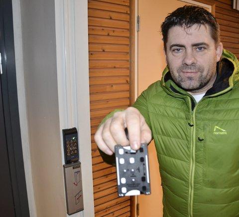 KORT OG GODT: Roy Millerjord med nøkkelkortet som du må ha for å komme inn i selve hallen på kveldstid – om du ikke har koden som hver trener får. Foto: Trond Isaksen