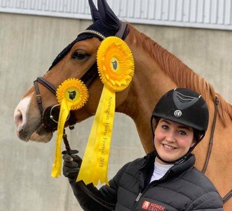 - Det har vært veldig artig, sier Simone Chatrin Pedersen som red Skoies jumping cup på lånt hest.