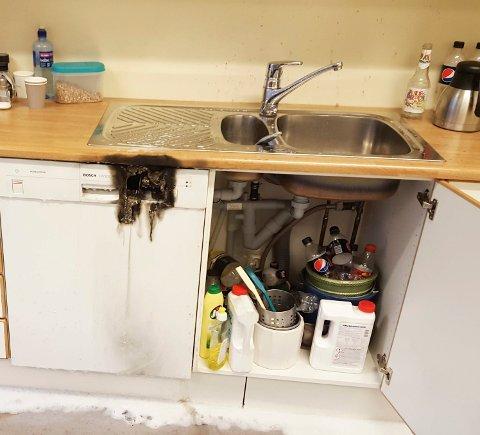 OPPVASKBRANN: Brannen i denne oppvaskmaskinen ble slukket før brannvesent ankom. Hendelsen skjedde på Nedre Romerike for få dager siden og er et av mange lignende tilfeller som NRBR har opplevd i 2016.