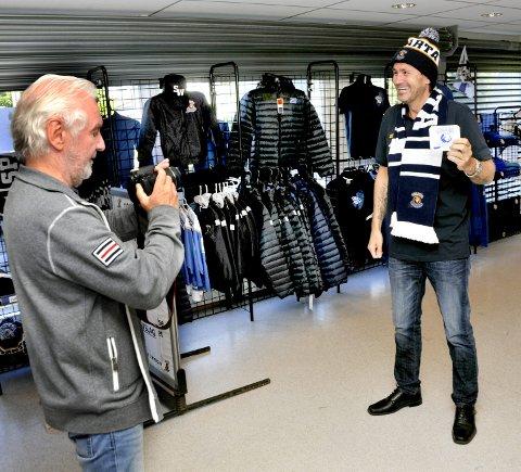 1:  På rekordtid har Lars Oddvar Fjeldvang blitt varm i Sparta-trøya. Her foreviges han av Dagfinn Heidenberg i nytt supporterutstyr.