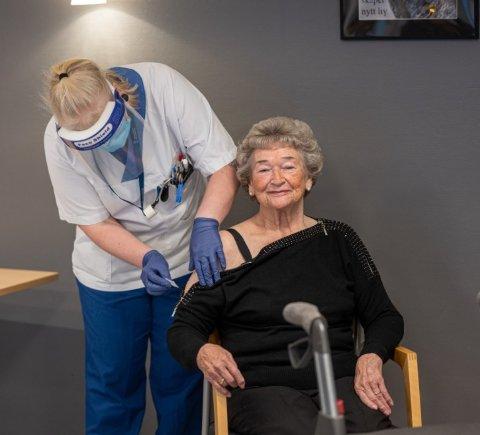 Her settes den første koronavaksinen i overarmen til Margit Eikre Larsen (89) på Konnerud. Torsdag er det beboere på Svelvik sykehjem sin tur.