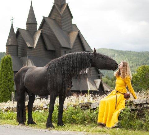 GODT LIKT: En dose eventyr, litt «Game of Thrones» og vikingetid. Dette bildet har fått nærmere 15 000 «likes» på Matilde Brandts Instagram-konto.  FOTO: UNE SUSRUD