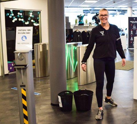 VELKOMMEN! Irene Aarø ved Level i Olsrød Park gleder seg over å ønske medlemmene velkommen til trening igjen fra fredag.