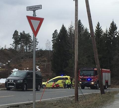 En ung mopedfører er kjørt til sykehuset i ambulanse etter en utforkjøring. Muligens har han brudd i et bein.