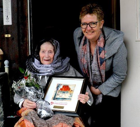 BLE HEDRET 1. MAI: Margit Tidemandsen har vært medlem i Etnedal Arbeiderparti siden 1960. Her blir hun gratulert av leder av Etnedal Arbeiderparti, Toril Grønbrekk.