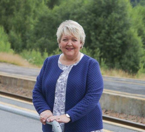 Ordfører i Gjerstad, Inger Løite, er glad for at Go-Ahead nå dropper planene om å la ekspressavganger passere Gjerstad stasjon uten stopp.