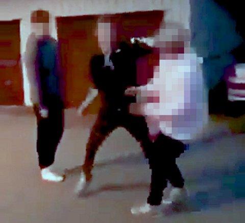 Her går ungdommene løs på gutten (14). Nå er to gutter (15) og en jente (16) dømt for å ha utført vold i fellesskap.