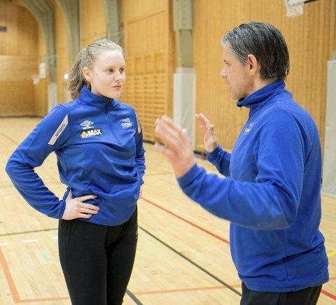 Keeper og kaptein Anette Hundven Walle (15) får noen gode tips av Tore Johannessen.