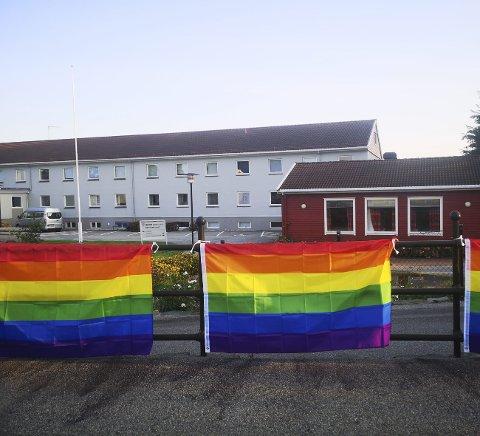 – Bømlo kommune ble anmeldt for å ha hengt opp regnbueflagget. Som en reaksjon på det, pyntet vi hele Svortland i regnbuens farger, skriver innleggsforfatteren. Foto: Marthe Karine Sønstabø Halleraker