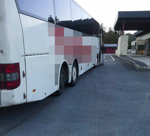 SKEIV: Denne bussen er no ettersøkt av politiet etter at den stakk av etter ein kontroll. Bussen hadde fleire feil, mellom anna ein skeiv styreaksling. På bildet ser ein tydeleg at bussen «skrapar» gummi av det eine dekket.