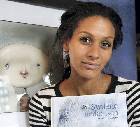 Egget odd: Her står Lisa Aisatos foran Odd, som hun hentet inspirasjon fra til å skrive barneboken.