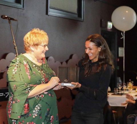 Kulturminister Trine Skei Grande delte ut Bokhandlerprisen til Lisa Aisato.