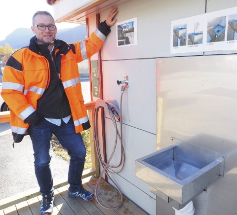 Fornøyd: Prosjektingeniør Claus Øien i Narvik vann er fornøyd med den nyetablerte tømmestasjonen på Fagernes. det håper han også at de besøkende bobil- og campingvogneierne er. Med å velge enkle løsninger og å bruke egeninnsats, har investeringen blitt av det overkommelige slaget. Foto: Terje Næsje