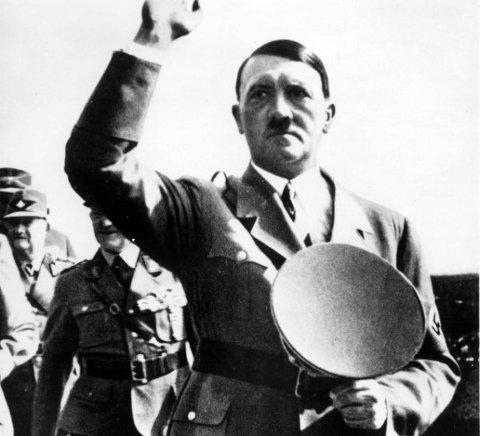 Adolf Hitler i den tiden han ble valgt til rikskansler. En TV-kanal har tatt mål av seg til å finne spor etter diktatoren etter Andre verdenskrig. Jakten bringer serien også til Narvik.