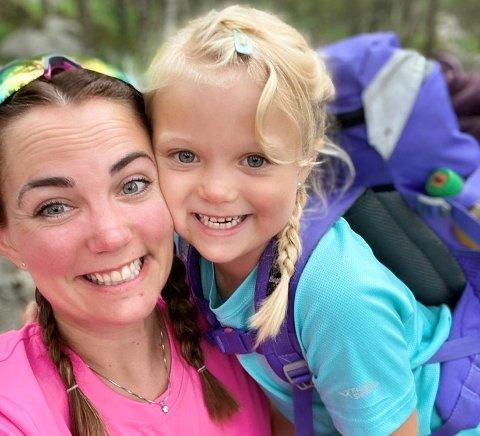 Hayley Anita Henriksen (32) sammen med datteren Line Marie (6) på vei opp til Preikestolen.