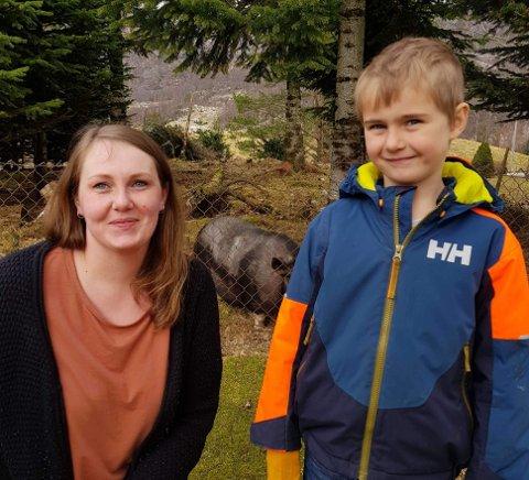 Linn Øvstebø sammen med sønnen Fillip som går i 1. klasse på Oltedal skole. I feriene må Oltedal SFO få registrert over 8 stykker om barna skal få love å være der. Reglene er de samme for langt større skoler i Gjesdal.