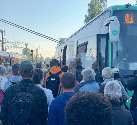 FOLKSOMT: For RB-tipseren ble det i overkant tett da togpassasjerene ble henvist til en buss etter strømbruddet som hindret togtrafikken.