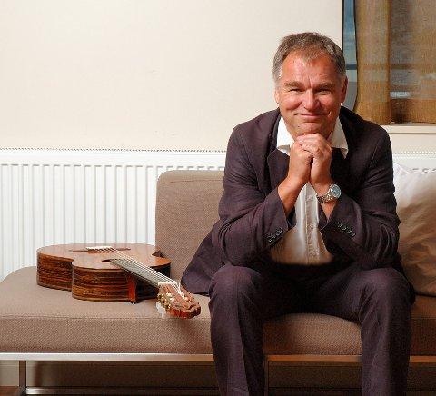 MUSIKK: Lars Klevstrand formidler med gitar og sang.
