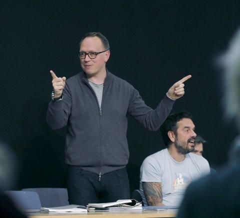 Er instruktør: Erik Schøyen bestemmer mest hvordan Peter Pan som teaterstykke skal bli.foto: harald Nordbakken