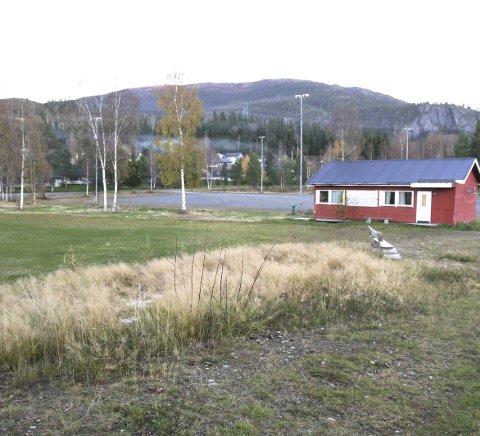 IDRETTSANLEGG: Her har Grane kommune planer om å bygge sykehjem. Søndag markereres motstanden med en samling på idrettsanlegget.  FOTO: PER VIKAN