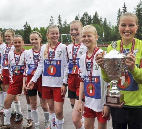 STOLT: Halsøy ble nummer tre i J13 i fjor. Her er det en stolt kaptein Julie Johansen med pokalen etter bronsekampen mot Vinger. Halsøy-jentene vant på flere cornere etter at det ble uavgjort 3-3 i kampen.