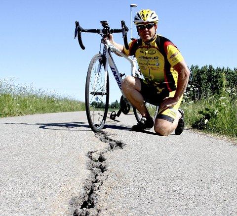 SA IFRA: Trond Aarstadberg i Holmestrand sykkelklubb sa ifra og mente at sprekkene bør lappes snarest. –  Det kan føre til alvorlige skader, sa han i starten av juni. Nå tar Vegvesenet grep.