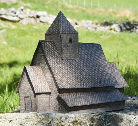 MODELL: Her ser du modellen av den gamle stavkyrkja i Holmedal, laga av Elisabeth Nesøy. Arkivfoto.