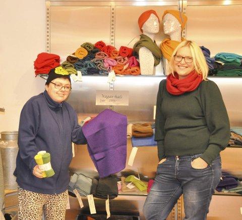 Stolt: Carol Andreassen viser stolt fram kopptuene hun har laget. Her sammen med arbeidsleder Trine Berg Jacobsen.