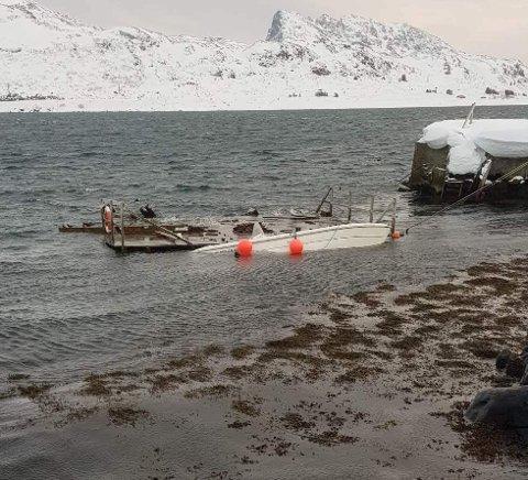 SANK: Denne fritidsbåten sank etter at kaia slet seg.
