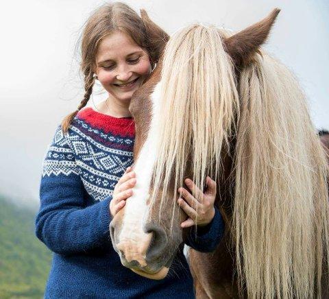 """Silje Evjen (41) fra Bøstad er lidenskapelig opptatt av dyr. Nå vil hun bygge opp bedriften """"Firbeinte i fokus"""", som tilbyr heste- og hundeterapi."""