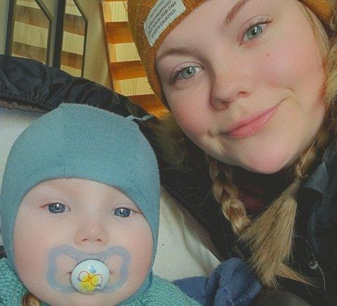 Katrine Kartfjord (27) og yngstesønnen Aksel, som ble født i desember 2020.