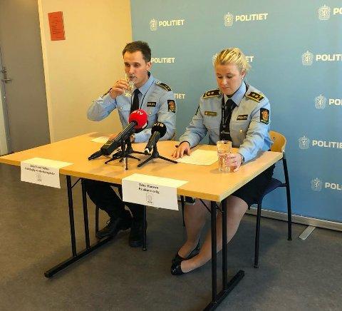 John Eivind Melbye, politifaglig etterforskningsleder og Trine Hanssen, påtaleansvarlig i Innlandet politidistrikt på lørdagens pressekonferanse etter dødsfallet i Hov.