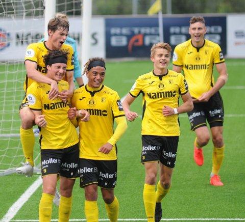 2-0: Mathias Belli Moldskred jubler etter å ha punktert kampen med Edvard Linneboe Race på ryggen og Lee Rochester Sørensen, Oskar Johannes Løken og Marius Alm ved sin side.