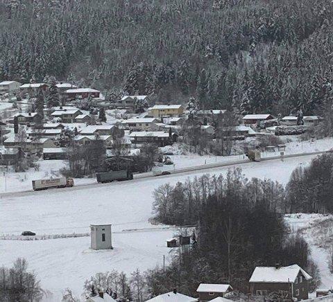 SPERRET VEIEN: En trailer snurret på glatten ved Oldemors Karjol på Jevnaker onsdag formiddag. En bilberger fikk etter hvert flyttet traileren slik at trafikken nå er gjenåpnet.