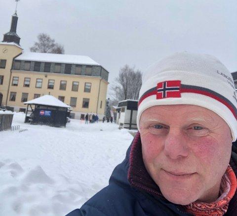 SKRÅBLIKK: – Jeg sier ikke noe om hvilken by jeg skriver om, men folk kan jo tenke selv, sier hobbyforfatter Ole-Petter Vaaten fra Tyristrand.
