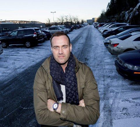 STENGER HALLEN: Daglig leder Mats Wibe-Lund i Lørenskog Ishockeyklubb forteller at ishallen er stengt i to dager.