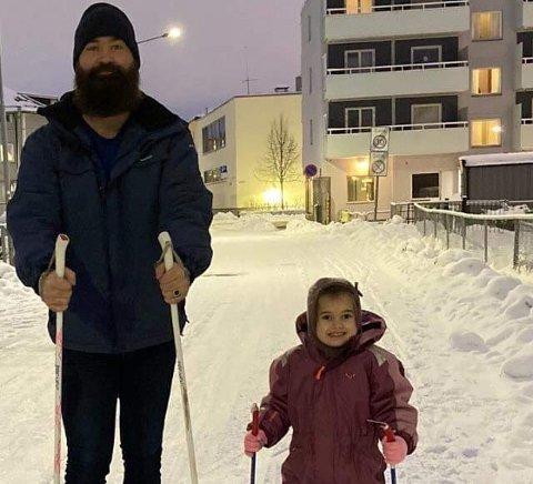 Da Gordon Andersen postet dette bildet på Facebook 1. januar var det ti år siden han hadde ski på beina. - Jeg hadde for korte staver og noe sammenrasket utstyr, sier fembarnsfaren. Nå er han hekta på langrenn og «har blitt en sånn fyr som kjører rundt med to par ski i bilen». Skiforeningen melder om eventyrlig aktivitet i skisporet. Foto: Privat