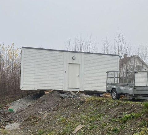 PÅ PLASS: Her er brakken på plass på gårdsplassen til Anneline Chrisvold. Om ikke lenge håper hun på å få invitere inn nye kunder i salongen hun skal starte her.