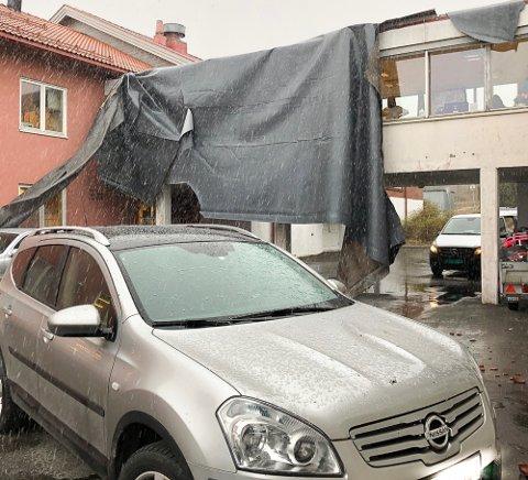 TITUSENVIS: I tillegg til taket var det også en bulk i panseret etter taksteinene.
