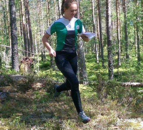 I FARTA: Thea Hansen, Røyken O-Lag, i aksjon på pinse-o-løp ved Kongsberg.