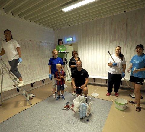 Ousset opp: Frivillige medlemmer og foreldre har malt garderobene i Sandehallen.   Foto: Svein-Ivar Pedersen