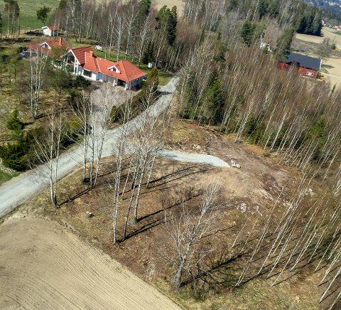 En enslig innkjørsel er alt som er på eiendommen der Gjermund Sveen ønsker å bygge hus til datteren sin.