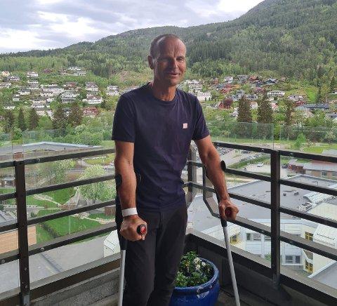 PÅ SJUKEHUSET: Geir Orrestad har komme seg frå gåstol til krykker allereie, men har ein lang veg fram for å bli heilt bra igjen etter at hofta vart knust i sykkelvelten på Kaupanger laurdag. Her fotografert på balkongen på sjukehuset i Førde.