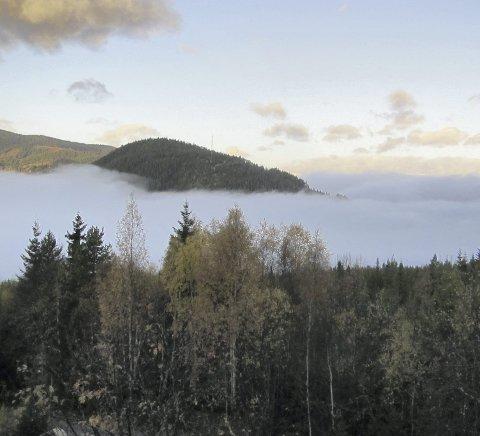 Blått i det grå: Morgoskodde over Heggefjorden 14. oktober, ein av få dagar denne månaden der blå himmel var å sjå over det grå.