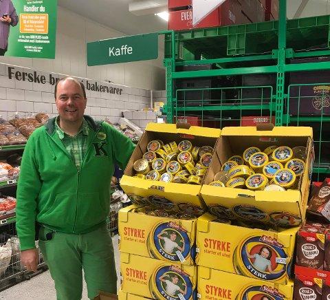 BIDRAR: Dagligvarekjeden KIWIs bidrag til den nasjonale dugnaden er å sette ned prisen med 20 prosent på 200 av de mest populære dagligvarene, forteller butikksjef Kjetil Skaga ved KIWI Fagernes.