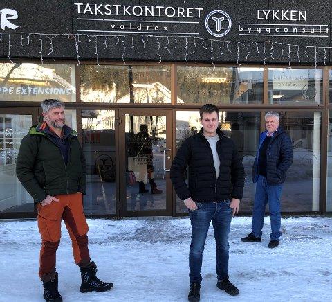 SENTRALT: Takstkontoret Valdres og  Lykken Byggconsult har oppretta kontorfellesskap i Fagernes sentrum. Fra venstre: Gudbrand Sælid, Per Øyvind Sælid og Martin Ingar Sælid.