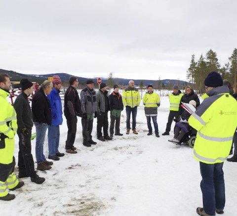 VED LINJA: Gardbrukerne, Jernbaneverket, formannskapet og folk fra planetaten i Tynset var i går på befaring på Godtlandsfloen.