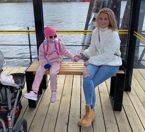 Vanessa Marie Eriksen (7) er ofte på tur sammen med mamma Linda Marie Eriksen (30). 7-åringen har flere diagnoser og har behov for å trene på ulike situasjoner hun møter på offentlige steder.