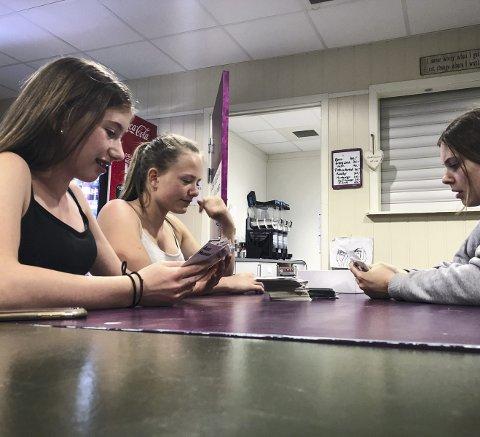 KORTSPEL: På ungdomsklubben spelar jentene kortspelet «Anti Human», ei vidareutvikling av «politisk ukorrekt».
